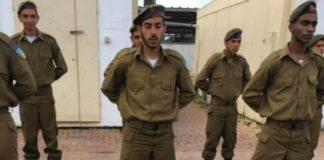 На фото солдаты - мусульмане ЦАХАЛ (Армии Обороны Израиля) готовятся принять присягу на Коране.